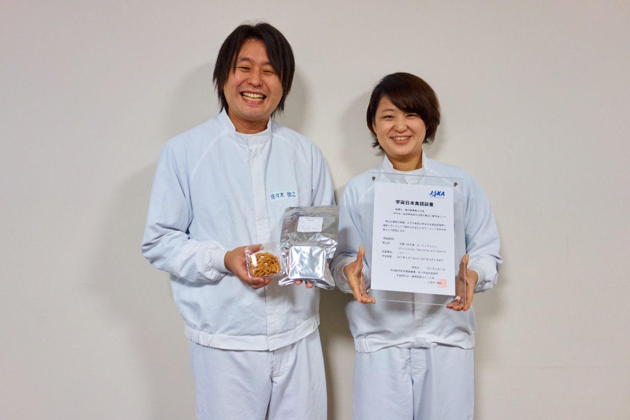 亀田製菓お米研究所の研究員・本間以祝さん(右)と佐々木俊之さん(左)