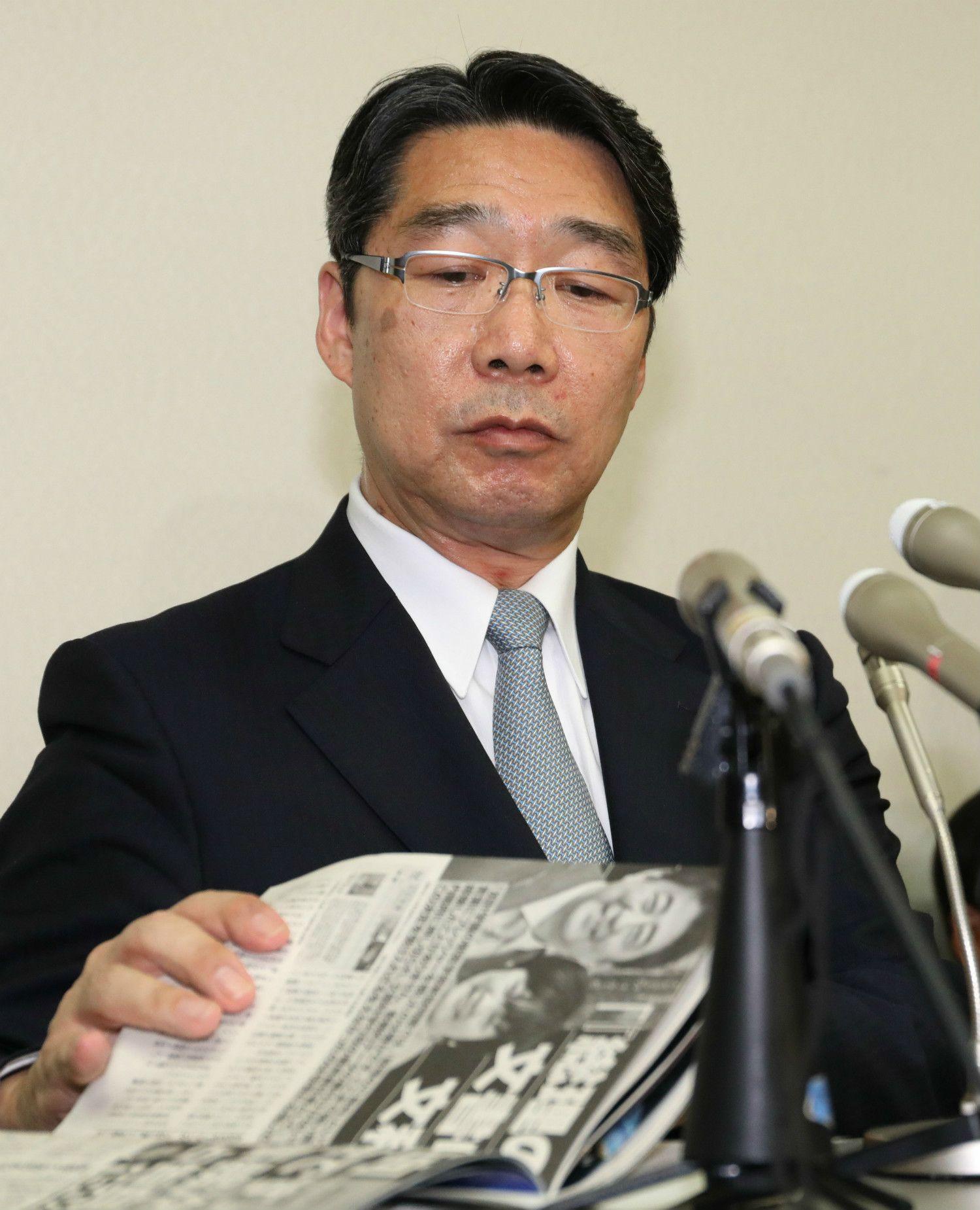 記者会見で「週刊文春」を手にする前川前次官 ©時事通信社
