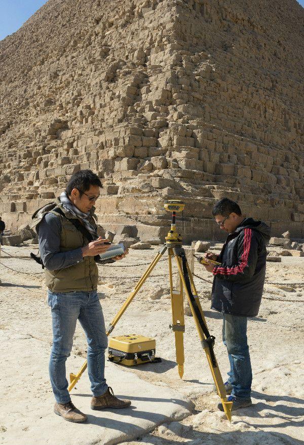ギザの三大ピラミッドの3D計測調査。GNSS(全地球航法衛星システム)受信機を設置し、ピラミッドの精確な形状を測定する。 ©2017 Giza 3D Survey