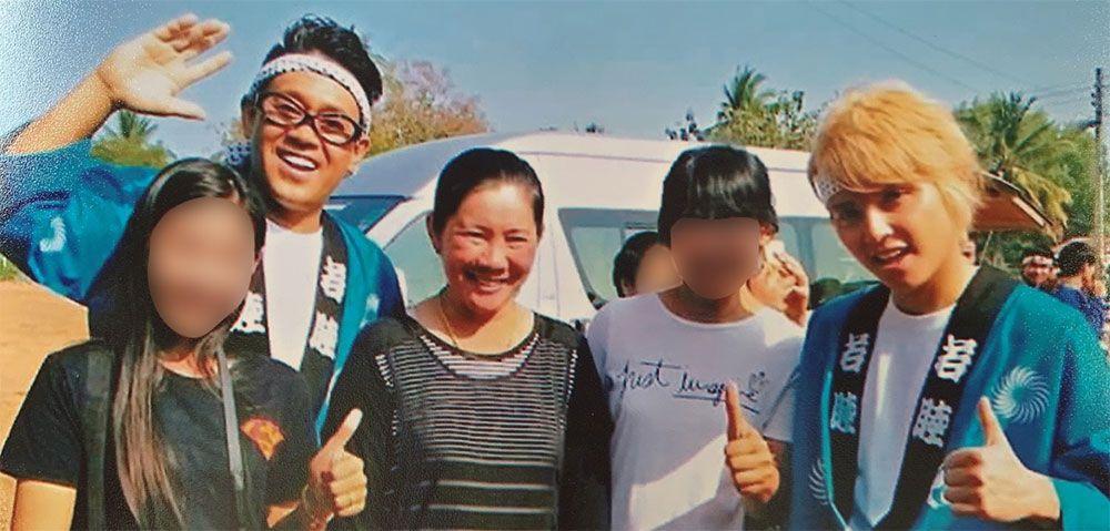 左から3人目がサイヨン村の村長
