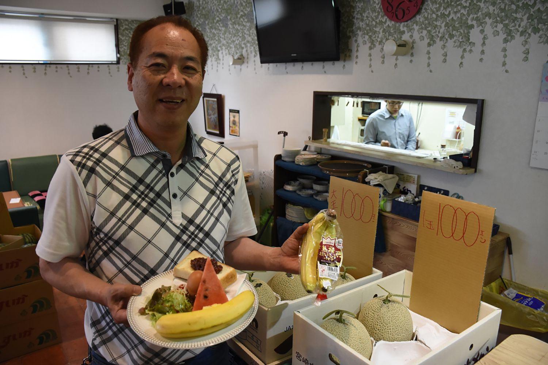 360円で旬の野菜や果物がふんだん。バナナの土産も(喫茶 絆)