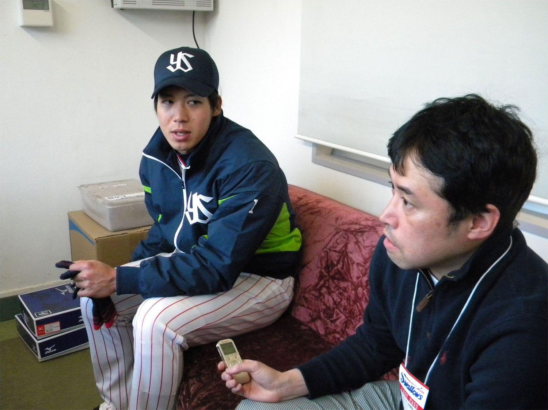 山田哲人を取材する筆者 ©長谷川晶一