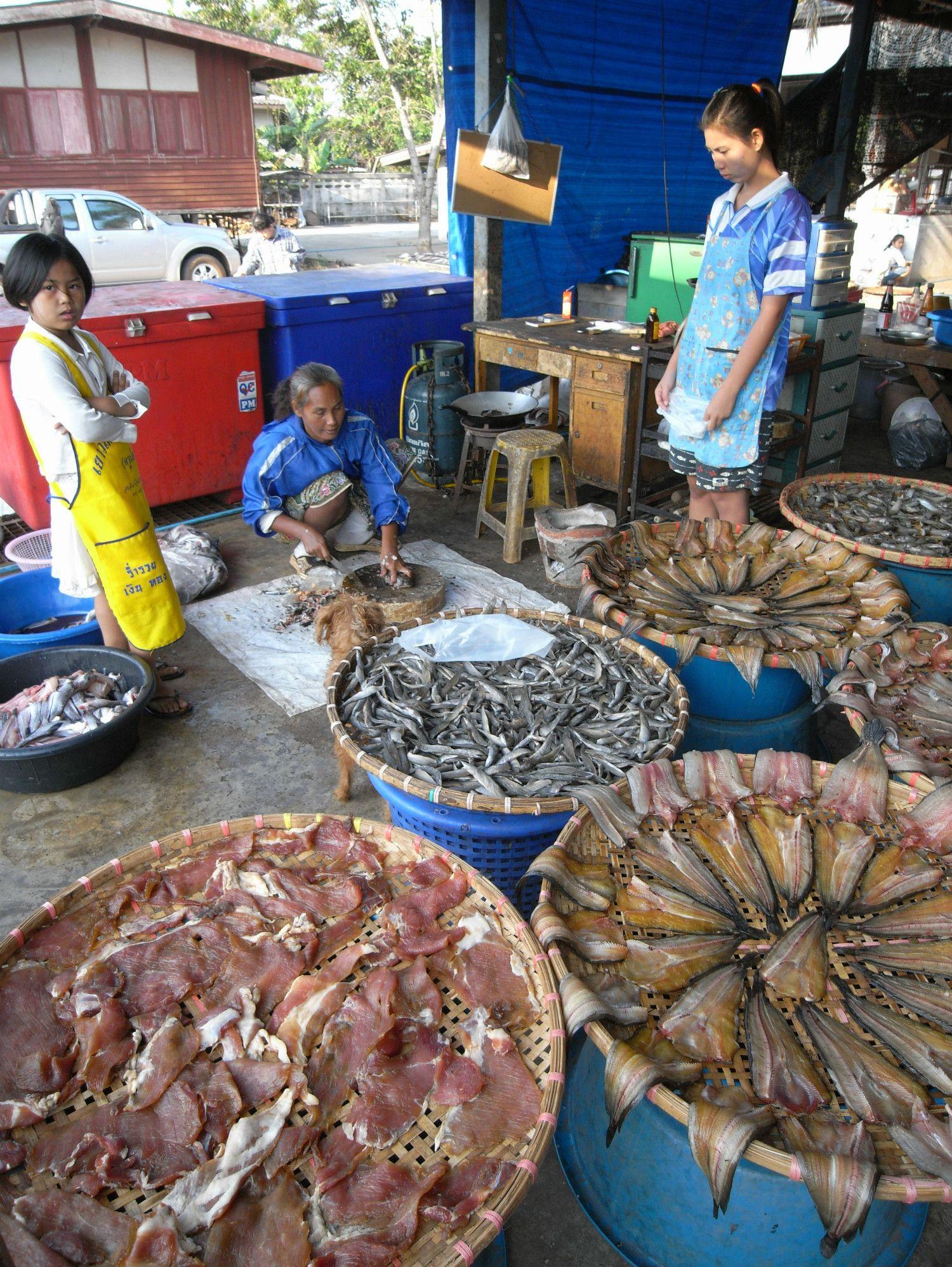 タイの市場で干物を作っているところ。©森枝卓士