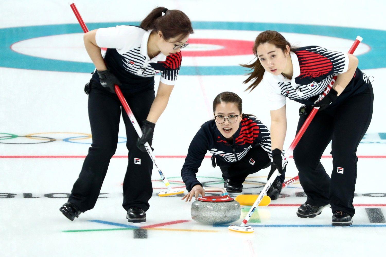 ストーンを投じる韓国チームの「眼鏡の先輩」キム・ウンジョン選手 ©getty