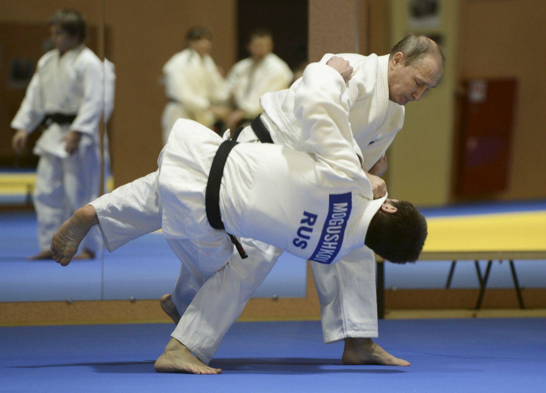 強化選手らと柔道の稽古するプーチン大統領 ©AFLO