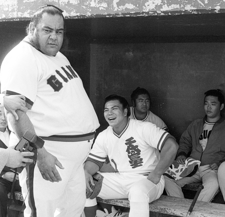 1980年 福岡市民との野球親善試合で。奥は千代の富士 ©文藝春秋