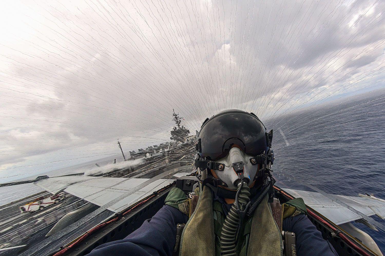 ボーイングF/A-18F スーパーホーネット(生産国アメリカ) グアム島沖合で空母キティホークから離艦する一瞬を捉える