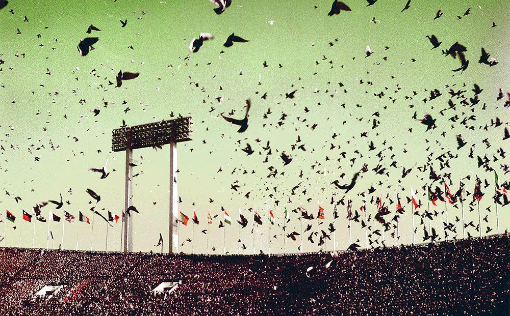 当時の東京はオリンピック開催中で、街中が熱狂に包まれていた ©共同通信社