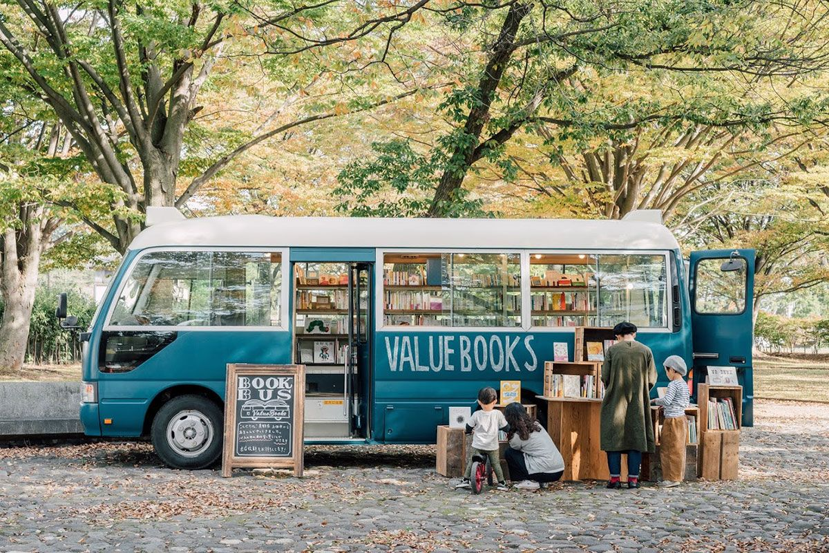 クラウドファンディングで資金調達して購入したブックバス ©VALUEBOOKS