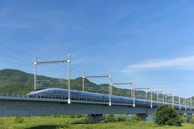 山陽新幹線500系(岡山市・吉井川橋梁、2008年) ©時事通信社