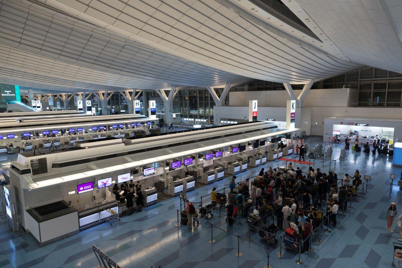 どうしても混雑するハイシーズン。空港での待ち時間は出来るだけ減らしたい © iStock.com