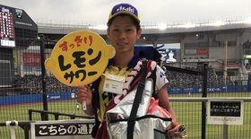 マリンスタジアム唯一の男性売り子・田中くん「憧れの福浦さんを追いかけて」