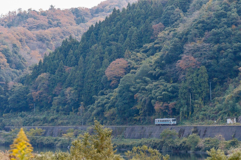 広島県内をゆく。大半の区間で江の川に沿って山に張り付くように走る。集落も見られないような区間も多い(信木~式敷)