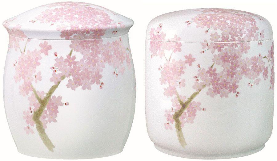 故人の好きだった花として、「吉野桜」を選ぶ人も多い。ふたの形状は家型(左)と筒型(右)の2種類がある 写真提供・香蘭社