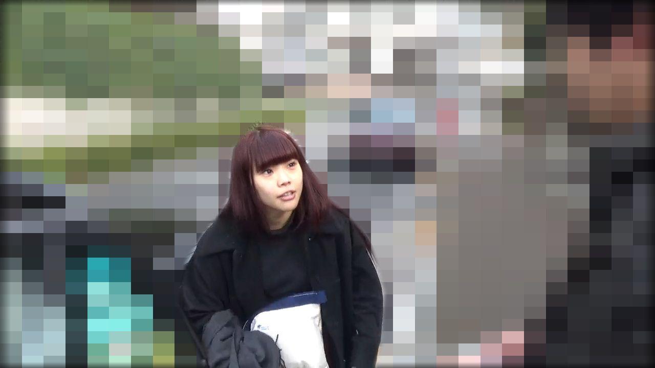 アイナは笑顔で直撃取材に対応 ©文藝春秋