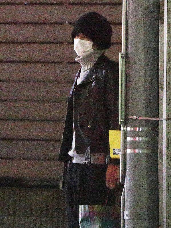 11月8日深夜、タクシーで現れた伊野尾。周囲を警戒しながらも、慣れた様子で女子アナの自宅マンションに入った ©週刊文春