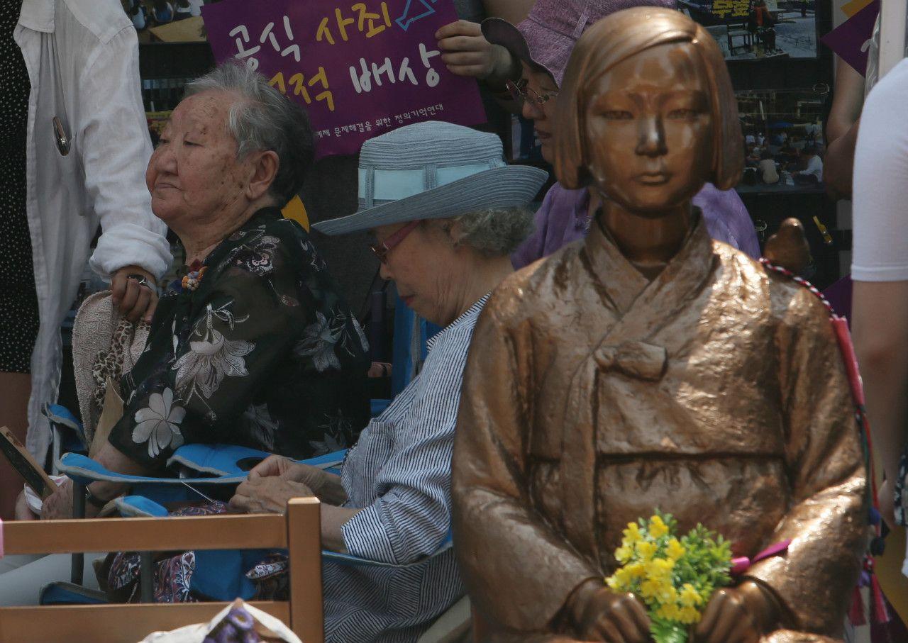 ソウル市内、駐韓日本大使館前の「少女像」 ©時事通信社