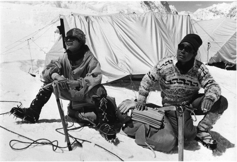 エベレストにて、植村直己(左)と松浦輝夫(右) ©文藝春秋