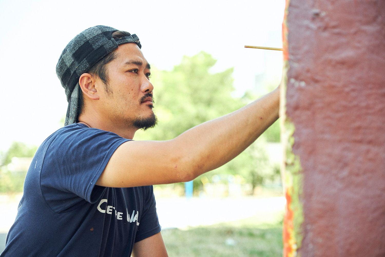 ミヤザキさんの世界壁画プロジェクト(のちにプロジェクト名「Over the Wall(壁を越えて)」)は、最初は自費で始まった。予算により限られた滞在日数の中で、最善を尽くそうと壁に向かう。