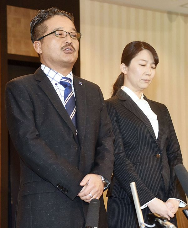 謝罪した運営(AKS松村匠氏[左]と早河麻依子新支配人[右]) ©共同通信社