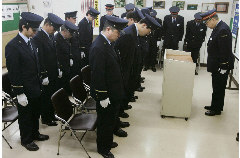 オウム真理教をめぐる一連の事件は平成を揺るがした。地下鉄サリン事件の犠牲者を悼む東京メトロの職員 ©共同通信社