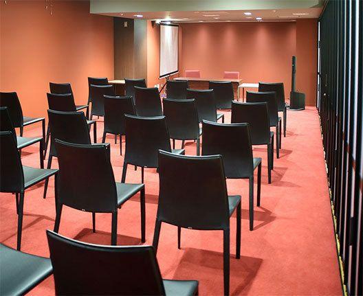 イベントスペース「Reading Together」、 座り心地のよい椅子、落ち着いた内装。