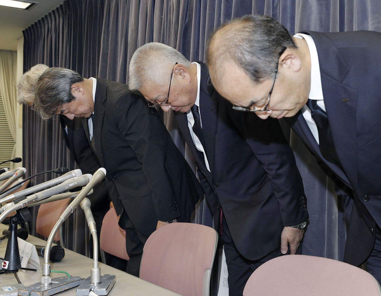 検査データ不正問題で謝罪する中島社長(写真中央) ©共同通信社