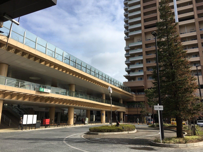 駅南口の広場と高層ビルのザタワーズイースト