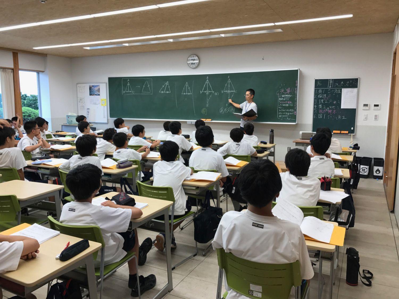 自らも栄光学園中高出身。東京大学卒業後、母校に赴任した