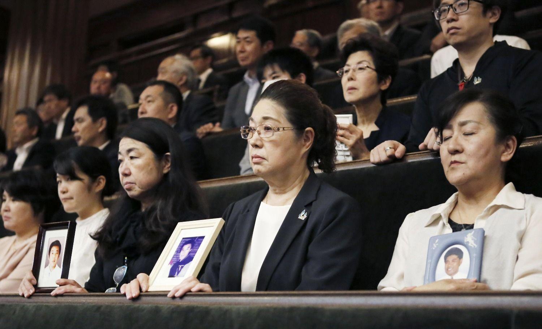 5月31日、衆院本会議で働き方改革関連法案の採決の行方を見守る「全国過労死を考える家族の会」の寺西笑子代表ら