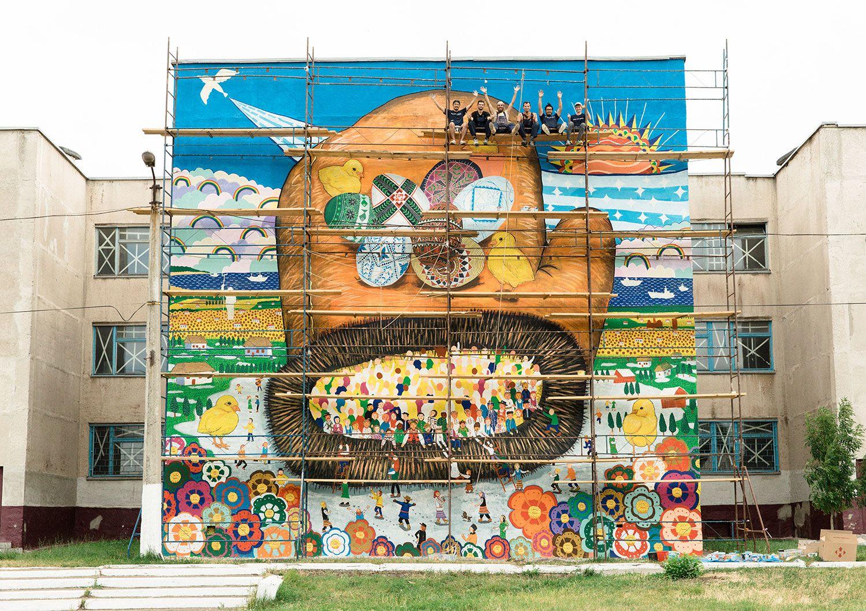 2017年、国内避難民を多数受け入れるウクライナ・マリウポリ市の壁に描いた「てぶくろ」の絵