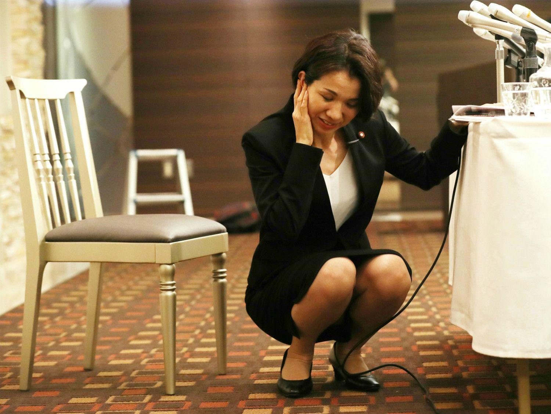 記者会見の途中に、体調不良ということで座り込む豊田真由子衆議院議員 ©時事通信社