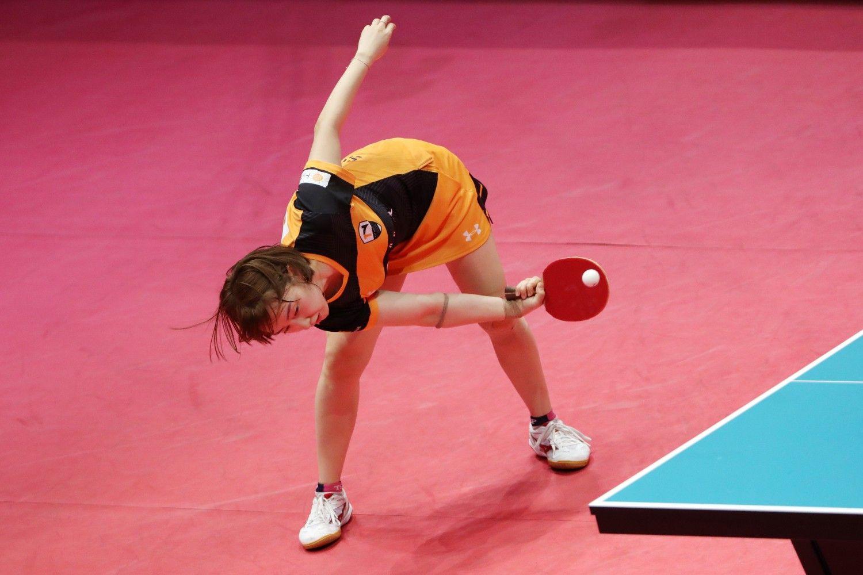 アクロバティックな姿勢でボールに反応する徐孝元(ソ・ヒョウォン、TOP名古屋/韓国)。女性カットマンがときにバレリーナに例えられる所以だ ©AFLO