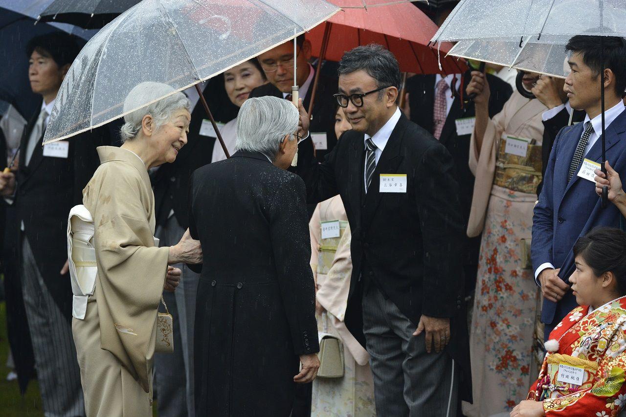 三谷幸喜氏と歓談される天皇皇后両陛下 ©JMPA