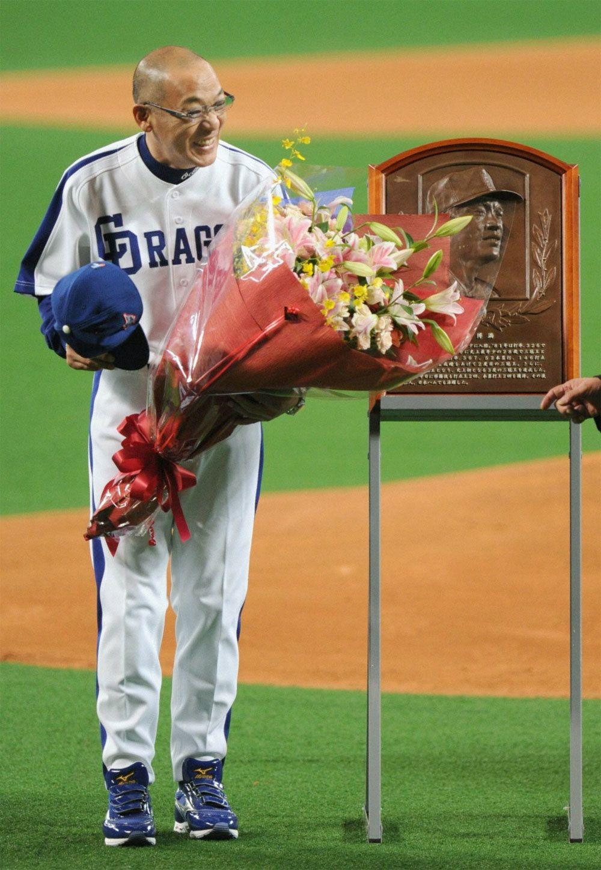 同試合の前に行われた落合監督の野球殿堂入り表彰 ©共同通信社