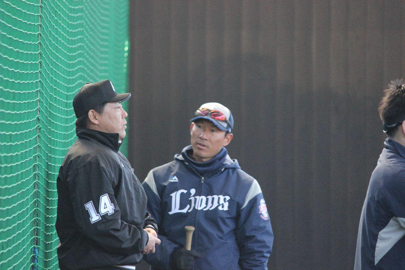 キャンプで審判と新ルールの確認をする土肥投手コーチ ©中川充四郎