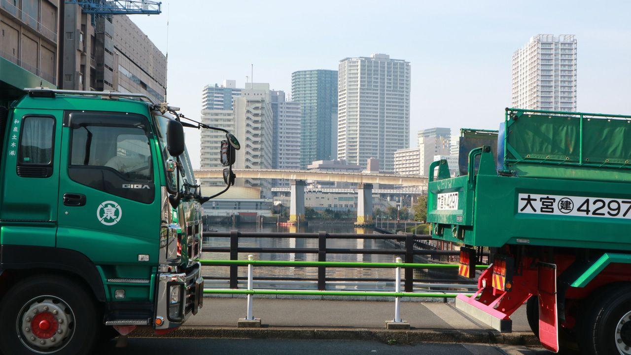 高層ビルと運河と倉庫群。マンハッタンの外れで見た風景に似ていた