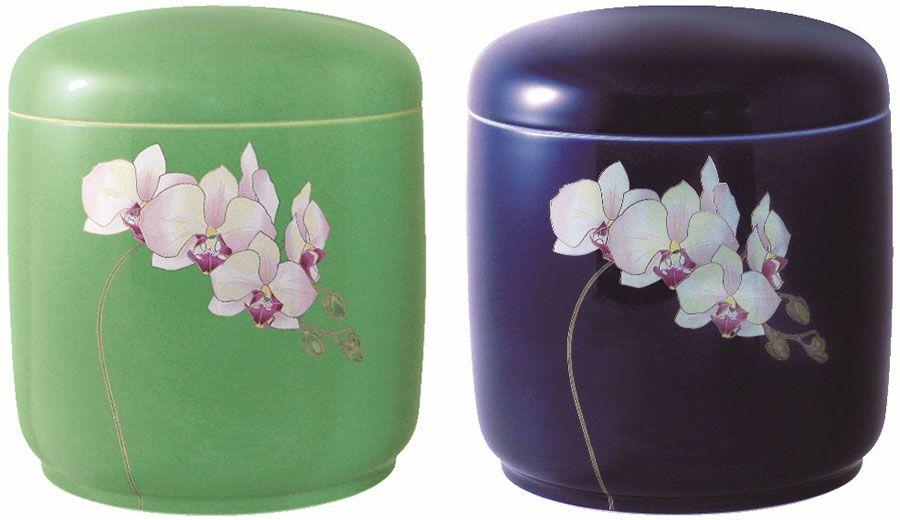 香蘭社といえば、蘭の絵柄が有名。グリーンとルリ色の地に特徴がある。傷がひとつでもあれば、すぐ目に付くほど、表面は精度高く、磨き上げられている 写真提供・香蘭社