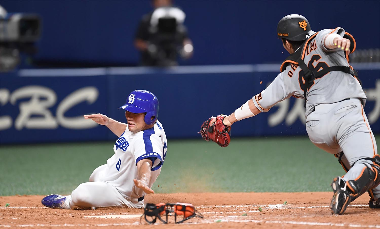 6月30日の巨人戦、5回に好走塁で生還した平田良介