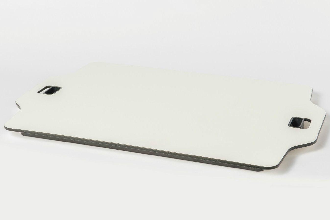 たたむと厚さ3cm。普段からデスクの上に載せたまま使える ©文藝春秋
