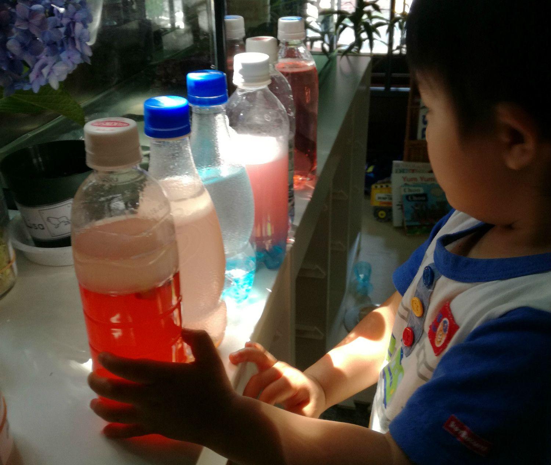 ボトルに色水を入れて光の不思議な効果を観察する