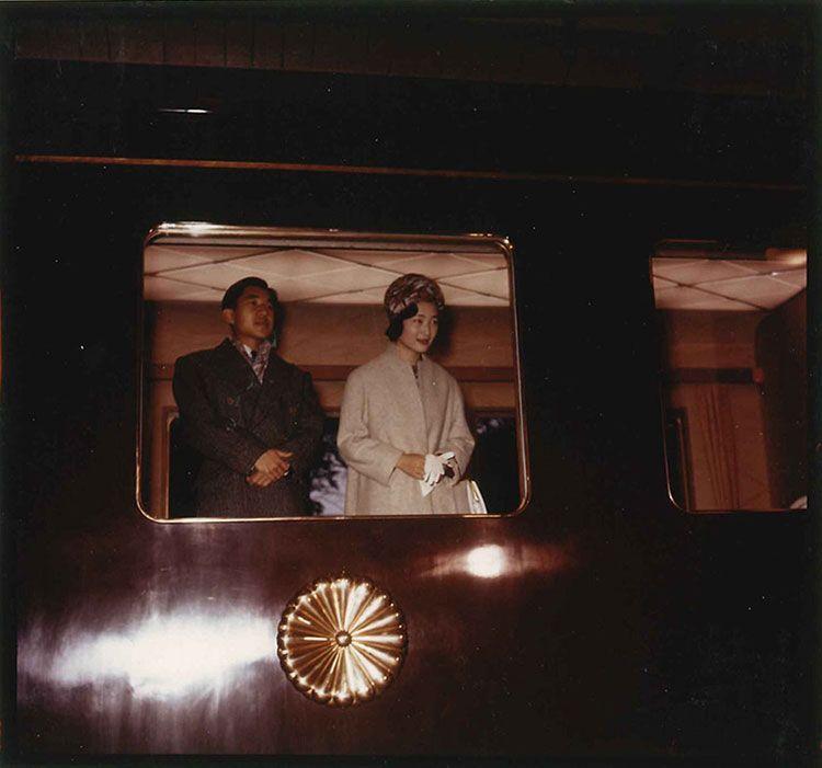 お召し列車の出発駅だった原宿駅にて。昭和36年3月、皇太子・美智子妃ご夫妻(当時) ©JMPA