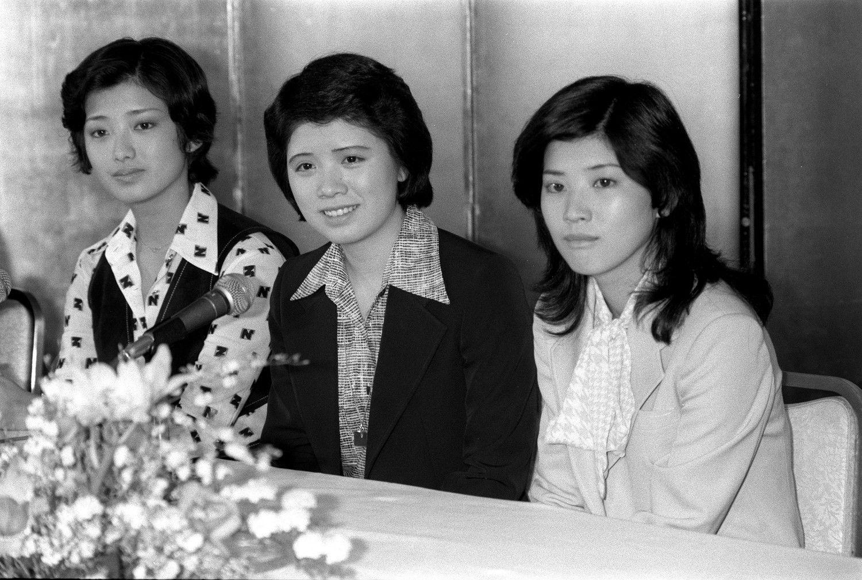 左から山口百恵、森昌子、桜田淳子 ©共同通信社