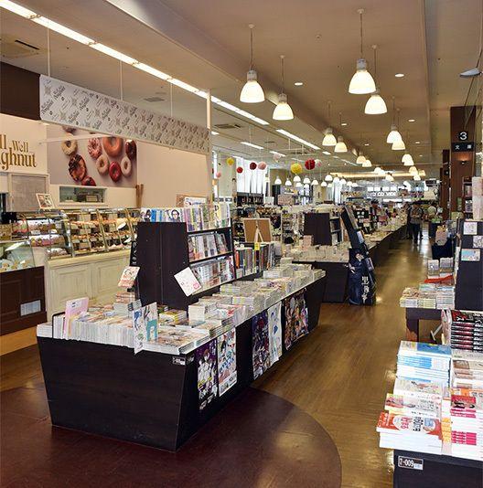 広い店内には、ドーナツショップを併設。