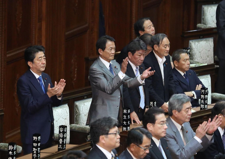 5月31日、働き方改革関連法案が衆院を通過。拍手する安倍晋三首相、麻生太郎副総理兼財務相ら