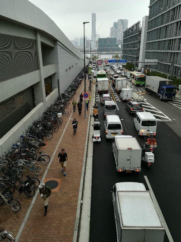 市場周辺には大量の自転車と渋滞 ©文藝春秋
