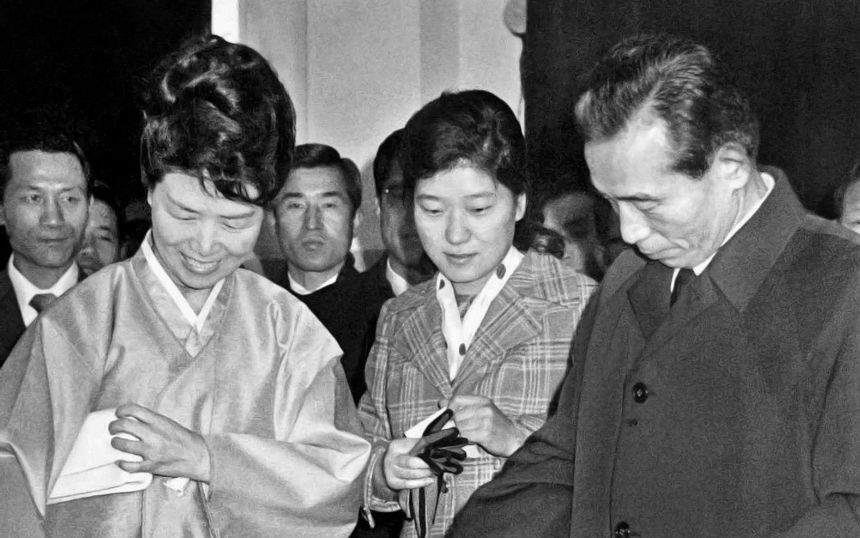 中央が朴槿恵、左に母・陸英修。右は朴正熙大統領。ソウル市内国民投票=1972年11月21日(聯合)「ザ・クロニクル 戦後日本の70年」第14巻使用画像(P120)©共同通信社