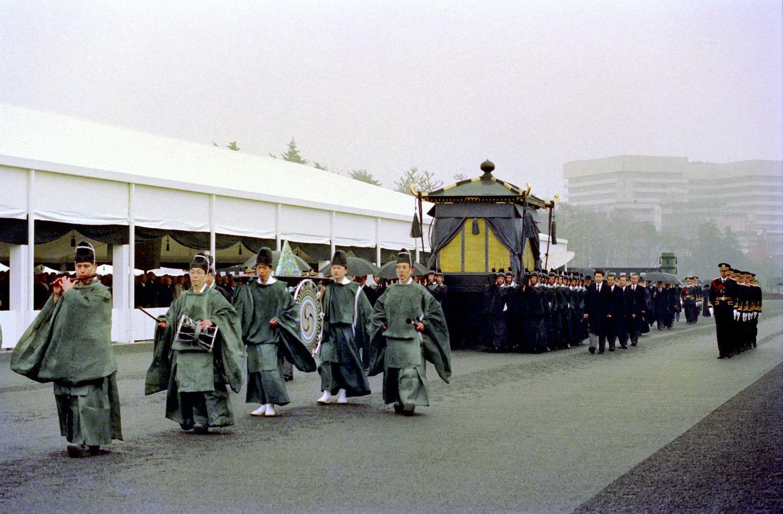 古装束姿の楽師の先導で葬場殿に向かう葱華輦 ©共同通信社