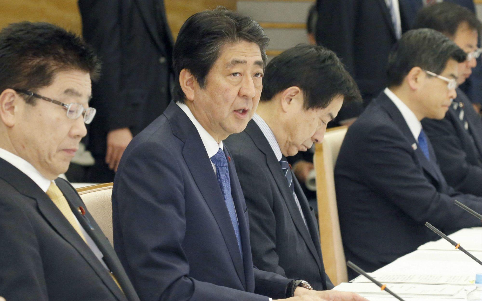 働き方改革実現会議で発言する安倍首相 ©共同通信社