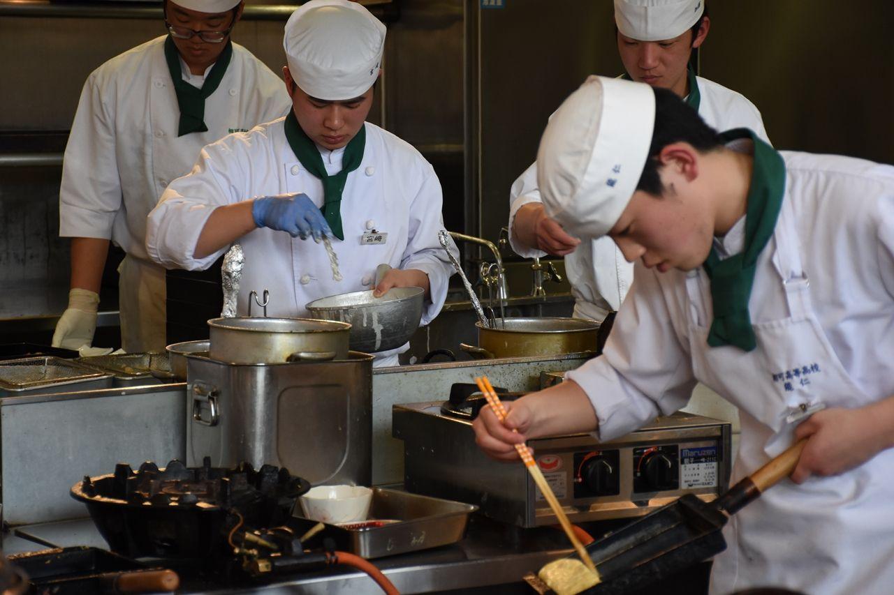 天ぷら、だし巻き卵……。生徒が手際よく調理する(まごの店)